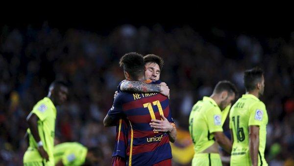 Игрок Барселоны Лионель Месси празднует с товарищем по команде Неймаром гол в ворота Леванте. Матч закончился со счетом 4:1 в пользу каталонцев.