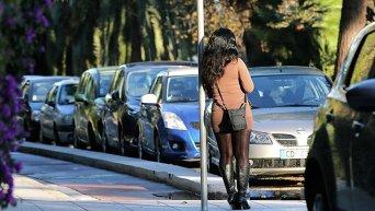 Проститутка в ожидании клиентов.