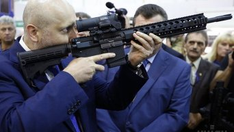 Александр Турчинов на открытии выставки Оружие и безопасность-2015 в Киеве