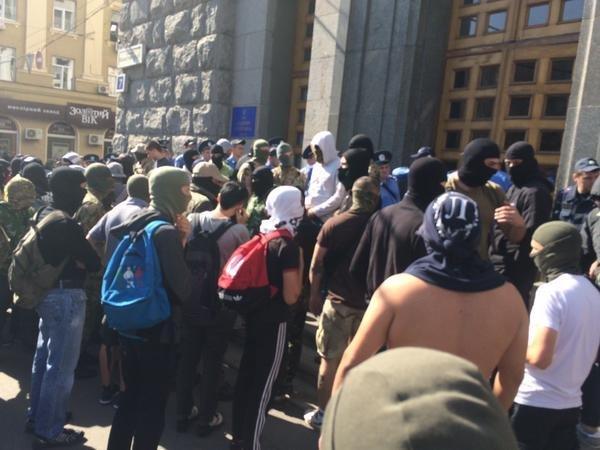 Люди в балаклавах под горсоветом Харькова