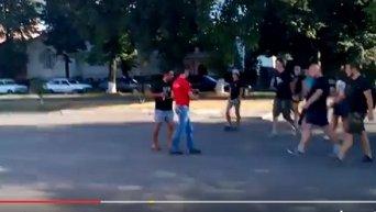 В Александрии мужчина получил удар в голову за футболку КПУ. Видео