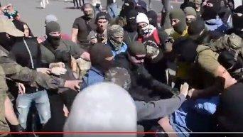 Избиение милиционера в Харькове. Видео