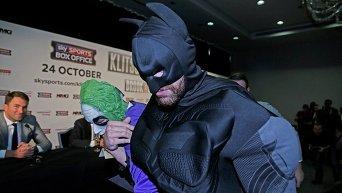Тайсон Фьюри в костюме Бэтмэна на пресс-конференции перед боем с Владимиром Кличко