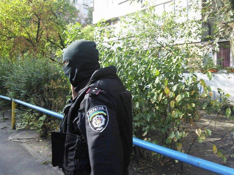 Правоохранитель возле дома, где находится квартира Юрия Сиротюка