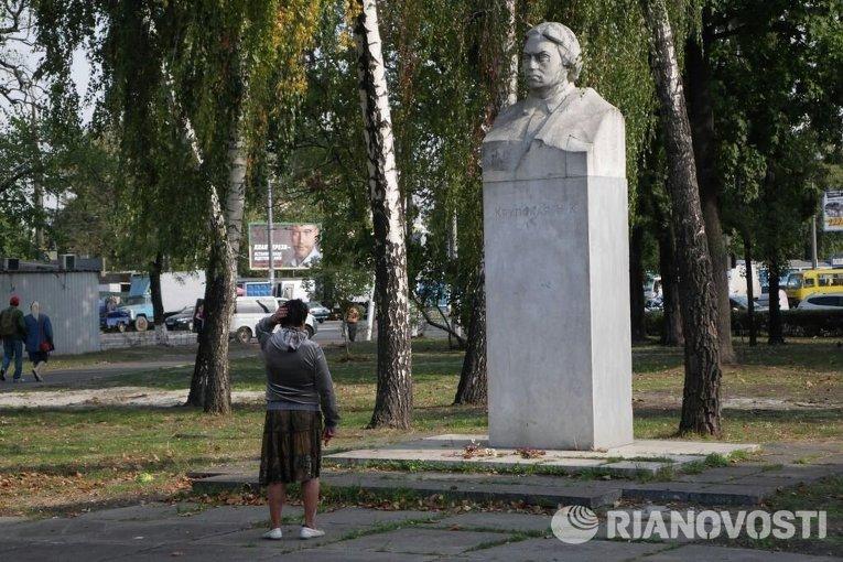 Памятник Надежде Крупской на Привокзальной площади в Дарнице, Киев
