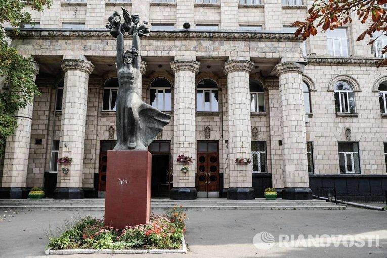 Памятник Николаю Островскому перед зданием Киевского электро-механического техникума железнодорожного транспорта имени Островского