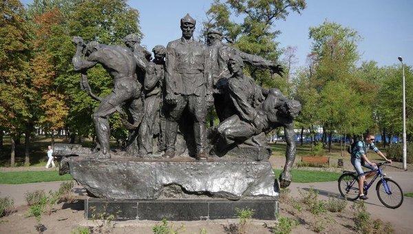 Памятник экипажу бронепоезда Таращанец в одноименном парке в Киеве