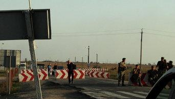 Пассажиры из Крыма идут к ожидающему их автобусу