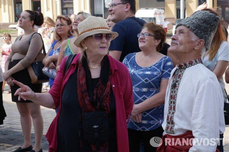 Жители Киева на представлении арт-инсталляции с изображением Богдана Хмельницкого