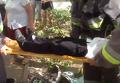 Возле киевской школы ребенок застрял в мусорке. Видео