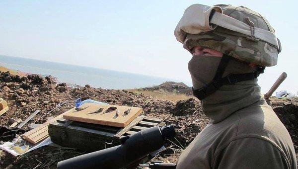 Украинский военнослужащий в Донбассе. Архивное фото