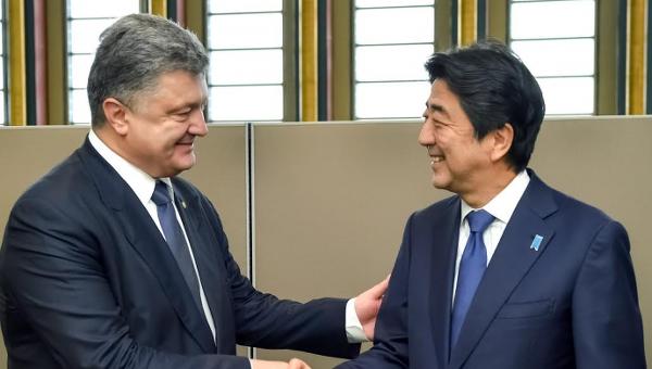 Премьер-министр Японии Синдзо Абэ и президент Петр Порошенко. Архивное фото