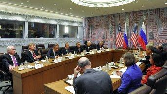 Президент России Владимир Путин (в центре), министр иностранных дел РФ Сергей Лавров (слева) и госсекретарь США Джон Керри (справа) беседуют после встречи с президентом США Бараком Обамой