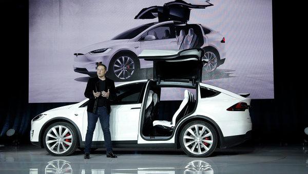Tesla Motors представила новый полностью электрический автомобиль — кроссовер Model X. Презентацию провёл глава компании, миллиардер Элон Маск.