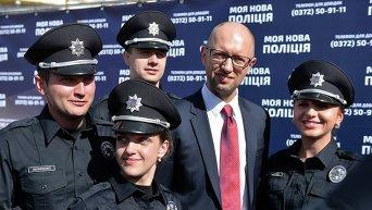Яценюк на открытии набора в патрульную полицию в Черновцах