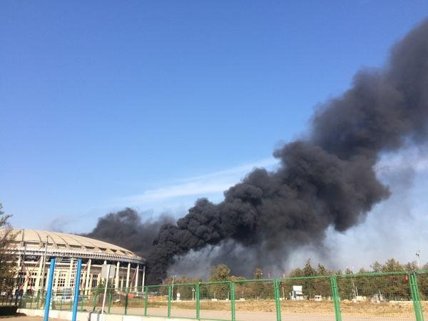 Пожар возле Лужников в Москве