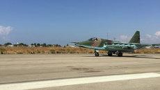 Штурмовик Су-25 взлетает с аэродрома Хмеймим в Сирии