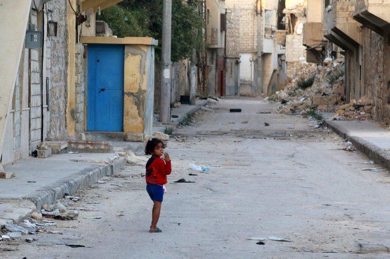 Маленькая девочка гуляет в окрестностях сирийского города Алеппо