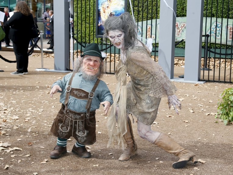 Человек-гном и женщина-монстр на премьере фильма Мурашки по коже