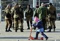 Ребенок и ополченцы в Донецке