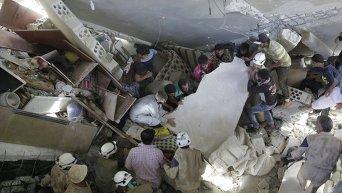 Последствия обстрелов в Сирии и поиски выживших под завалами