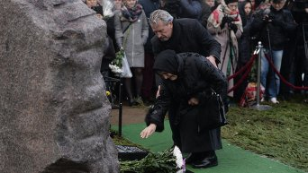 Памятник Борису Немцову открыли на Троекуровском кладбище