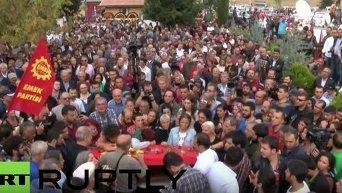 Тысячи людей вышли на улицы Анкары почтить память жертв теракта