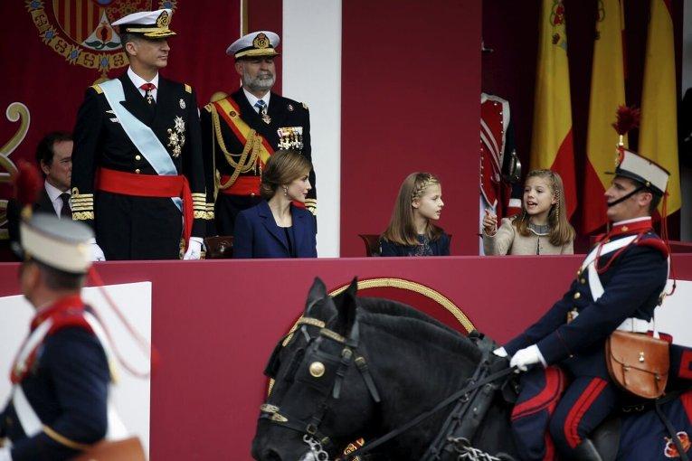 Король Фелипэ, королева Летиция, принцессы Леонор и София на военном параде по случаю национального дня Испании.