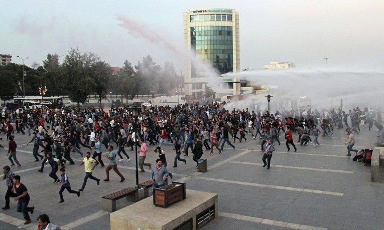 В Турции полиция применила водометы и слезоточивый газ для разгона демонстрации в связи с двойным терактом накануне.