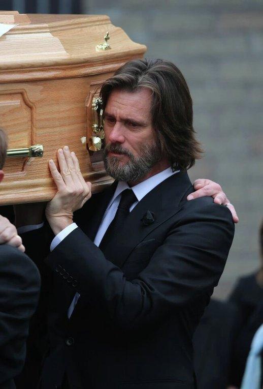 Актер Джим Керри несет гроб с телом его подруги, умершей несколько дней назад.