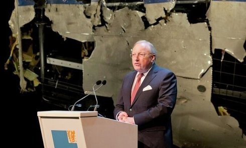 Председатель Совета Безопасности Нидерландов Тьиббе Йустра представляет итоговый доклад об обстоятельствах крушения МН17 под Донецком
