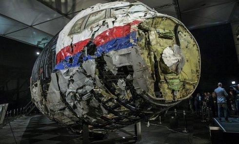 Часть реконструированной передней части фюзеляжа Boeing, сбитого под Донецком