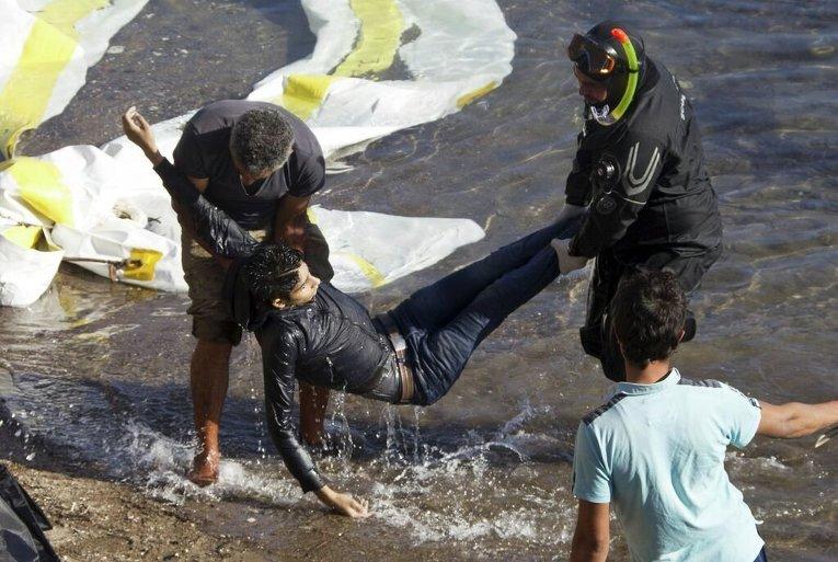 Лодка мигрантов столкнулась с греческим спасательным судном около острова Лесбос