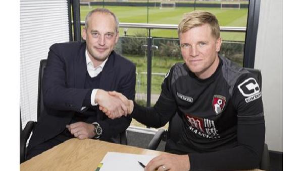 Английский футбольный клуб Борнмут продлил контракт с главным тренером Эдди Хау (справа)