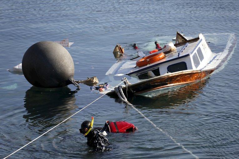 Двое детей и женщина погибли, еще четыре человека пропали без вести около греческого острова Лесбос в четверг после того, как их лодка столкнулась с греческим спасательным судном. На фото - спасатели обнаружили тела мигрантов.