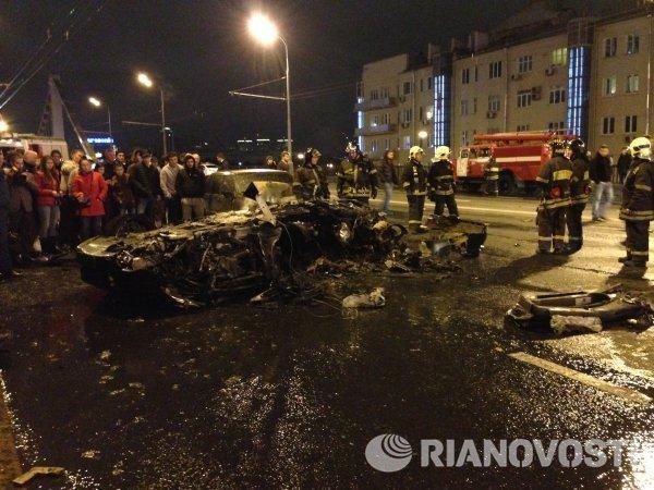 На месте дорожно-транспортного происшествия (ДТП) с участием автомобиля Ferrari возле Крымского моста в Москве.