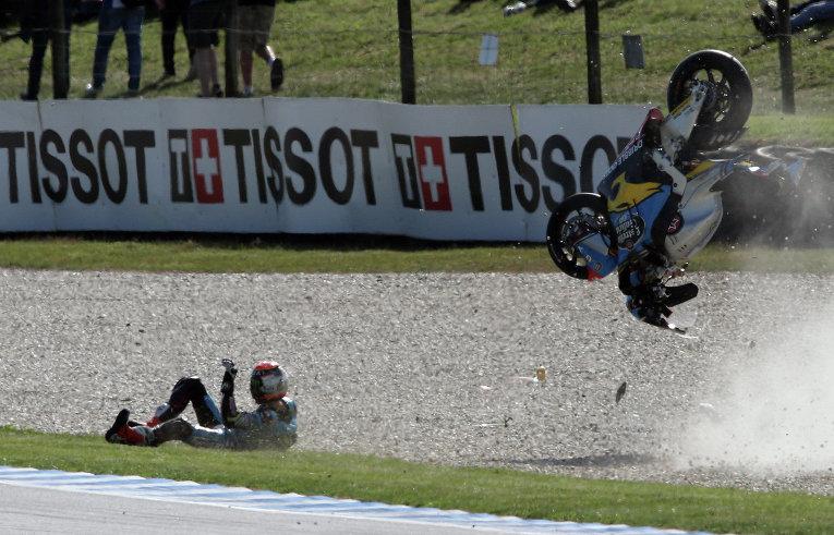 Гонщик ТИто Рабат не удержался во время соревнований в Австралии - Australian Motorcycle Grand Prix