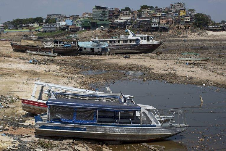 В Бразилии сильнейшая засуха привела к рекордному падению уровня воды в реке Амазонка