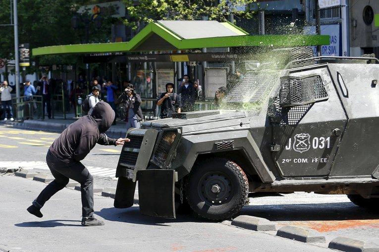 В Чили студенты выступают за проведение реформ в системе образования. На фото - один из участников акции протеста