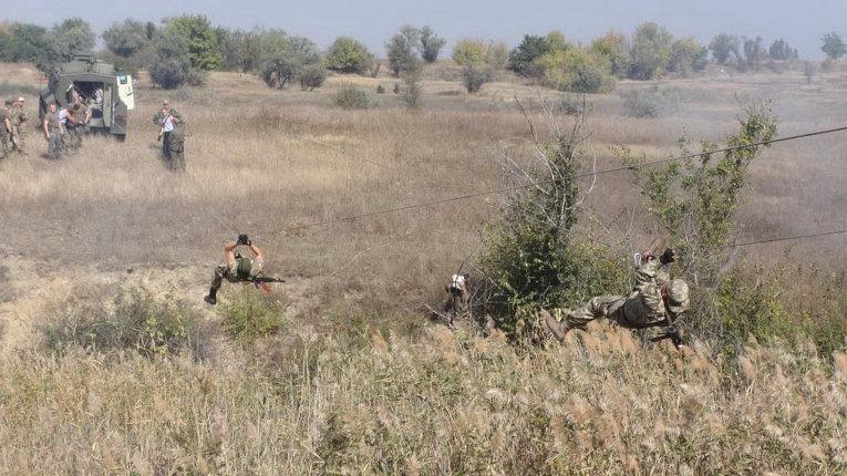Бойцы 25-й бригады ВДВ ВСУ на полосе препятствий