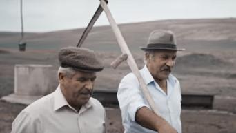 Молдавские фермеры разных поколений исполняют легендарную песню группы Queen Show must go on.