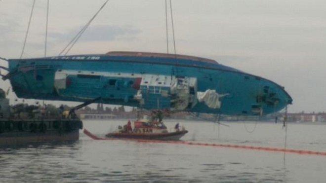 Кран поднимает катер Иволга в Затоке под Одессой