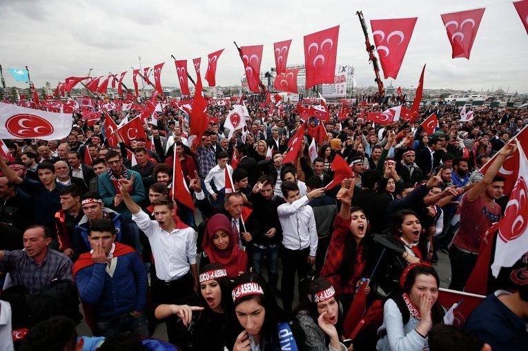 Митинг сторонников Девлета Бахчели, лидера Партии националистического движения Турции перед выборами в парламент страны 1 ноября 2015 года.