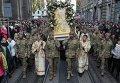 Военнослужащие во время молебна за мир на главной улице во Львове