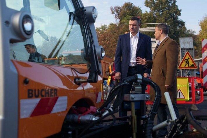 Мэр Киева Виталий Кличко осматривает снегоуборочную технику