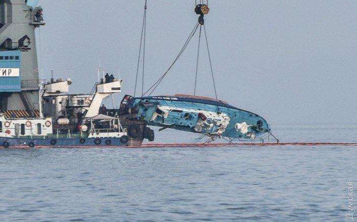 Операция по подъему затонувшего в Затоке катера Иволга