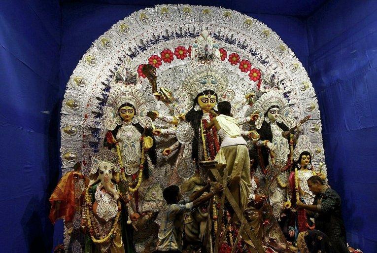 Подготовка к празднованию Дурга-пуджа в Индии.
