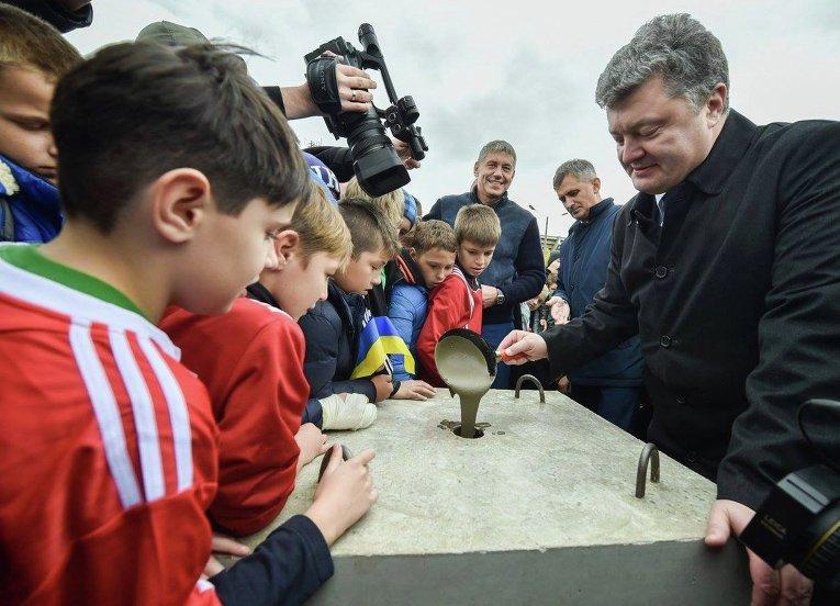 Петр Порошенко дал старт строительству нового футбольного стадиона в Ивано-Франковске