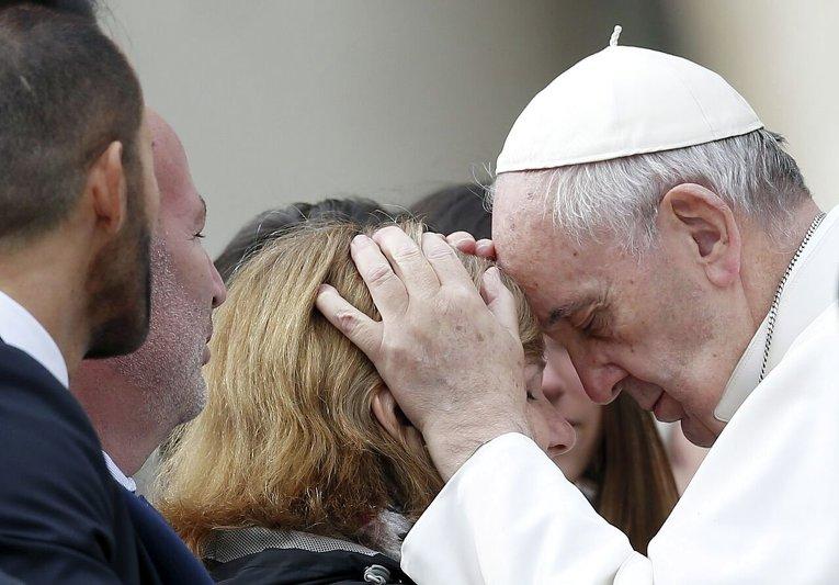 Папа Римский Франциск благославляет женщину на площади Святого Петра в Ватикане.