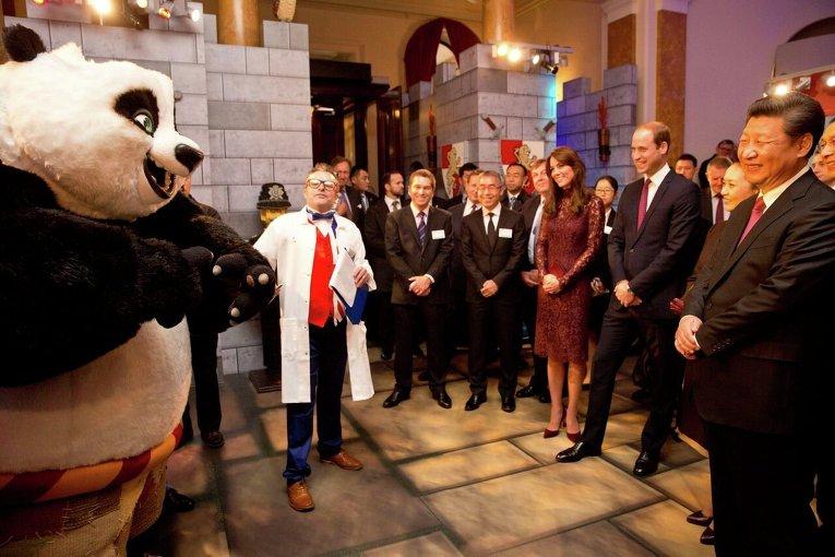 Президент Китая Си Цзиньпин с супругой вместе с принцем Уильямом  и герцогиней Кэмбриджской Кейт на мероприятии в Ланкастер Хаус в Лондоне.
